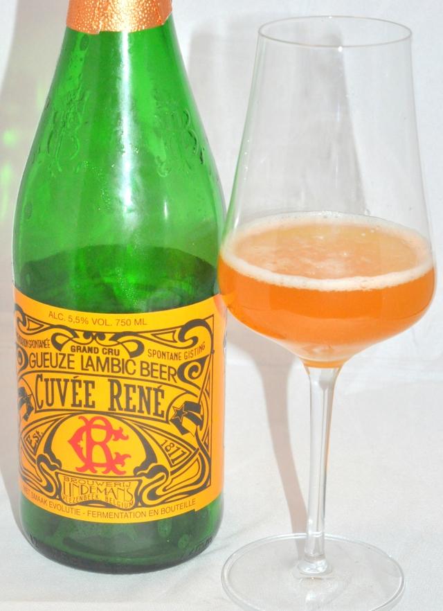 """L'étiquette """"art nouveau"""" de cette bouteille est magnifique"""
