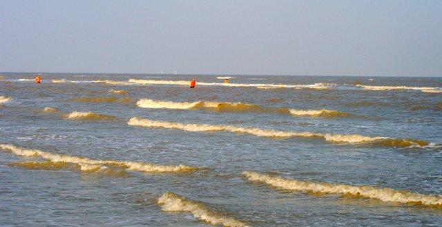 Pêcheur ramassant dans l'eau